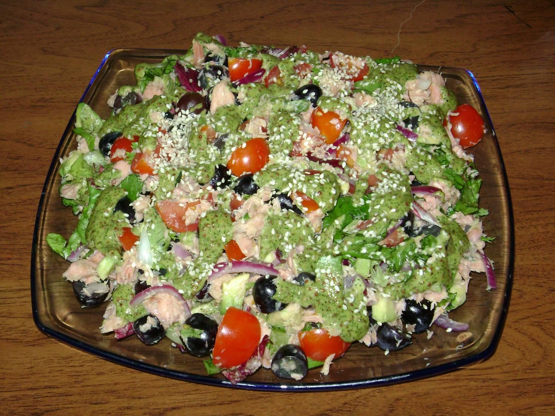 Салат с красной рыбой горячего копченияы